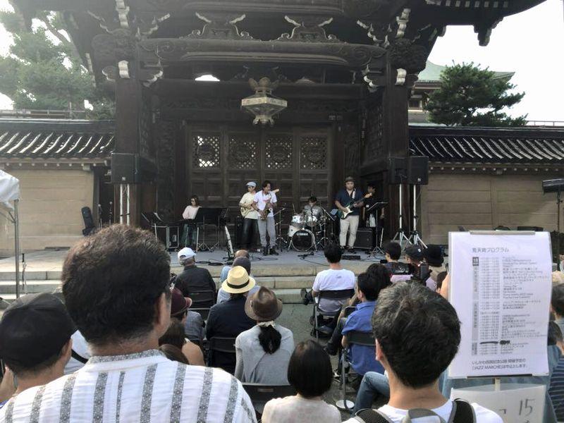 金沢東別院山門前での演奏の様子