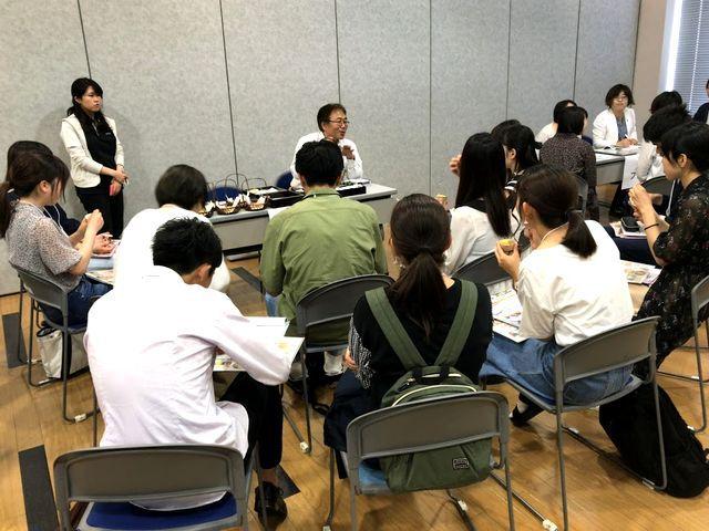 株式会社松本のブースに集まる学生たち